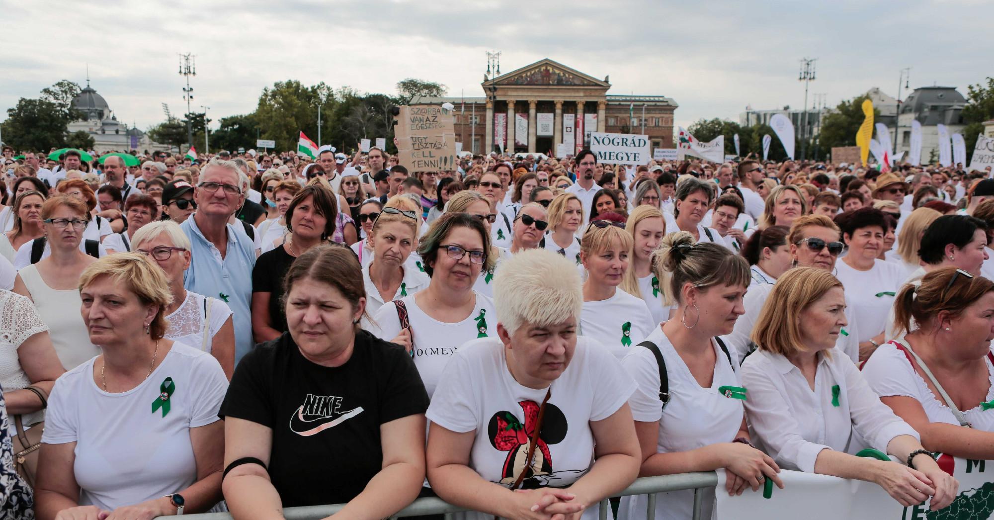Több ezer egészségügyi dolgozó gyűlt össze a Hősök terén