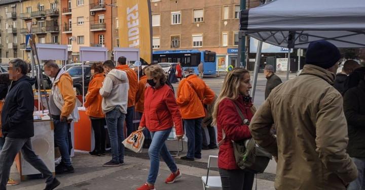 Fideszes pultokkal vették körül az előválasztási sátrat